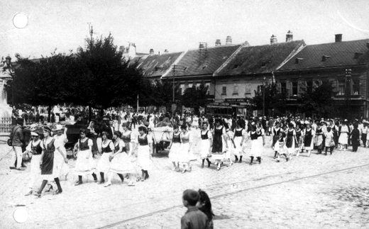 Az elszakítás ellen tüntető magyar ruhás lányok és asszonyok menete a Várkerületen (1921. augusztus 29.)