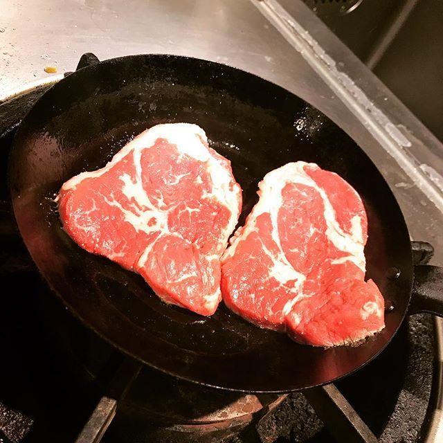 昨日のまかない😆✨💕 こんな贅沢してしまっていいのかな…  今日のまかないも楽しみ😇😇😇✨ 年末に向けてお客様が増えてきました👏予約はお早めに←  #肉#ステーキ#まかない#牛#牛肉#美味しい #meat#steak#beefsteak#delicious