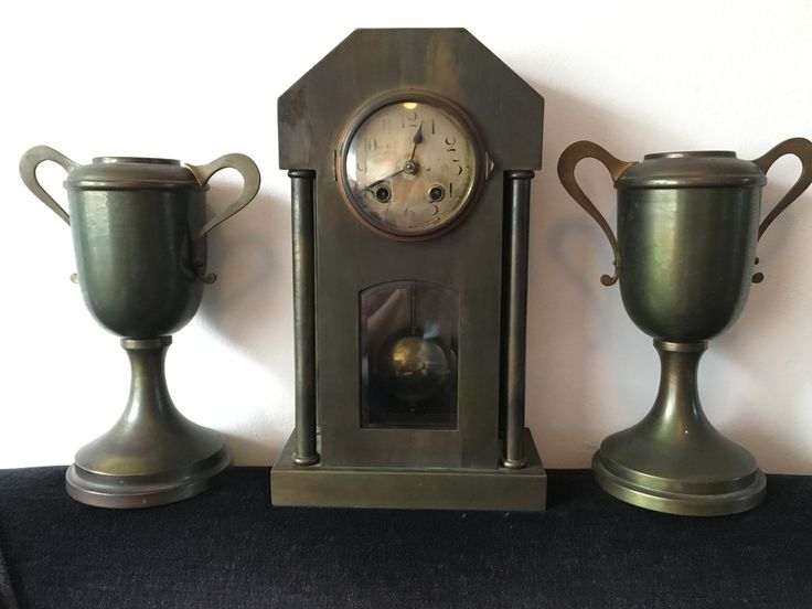 Mantle shelfclock with vases (messing) garniture /klokstel met siervazen / schouwgarnituur 1920