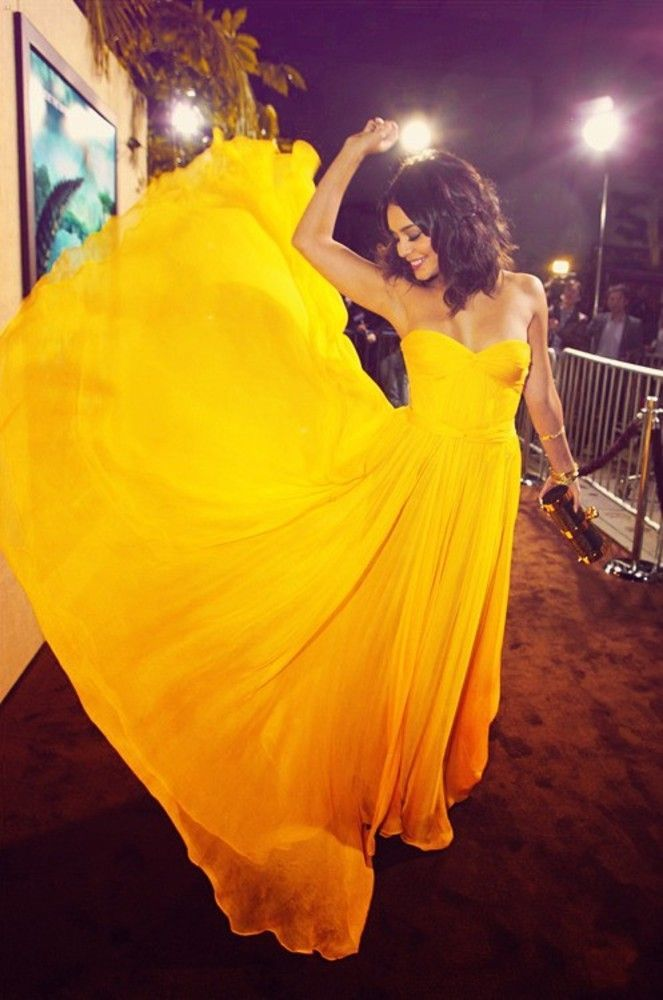 Очень красивая девушка в желтом платье