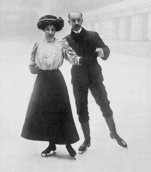 Русские фигуристы начала 20-го века. Затесалось. конечно, несколько фото с предположительно дворянскими нарядами, ну да пусть будут. Не пропадать же хорошим фото :)