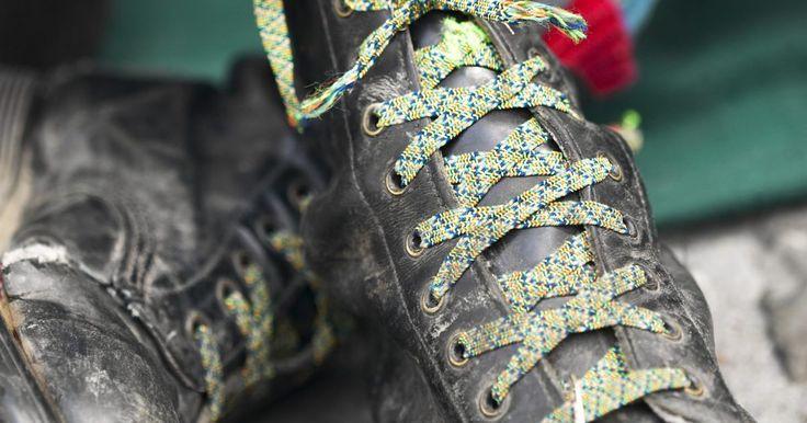 Cómo reciclar tus botas viejas. Para muchas personas es difícil deshacerse de sus botas viejas. Algunos sienten que las botas, como aquellas que usaron para una excursión en vacaciones, tienen tal valor sentimental que es imposible tirarlas. Otros piensan que invirtieron demasiado ellas como para lanzarlas afuera. Si nunca has sabido realmente como reciclar botas viejas, estas ...