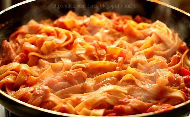 Sonkás sajtos tészta, jó sok szósszal! 20 perc alatt elkészül!