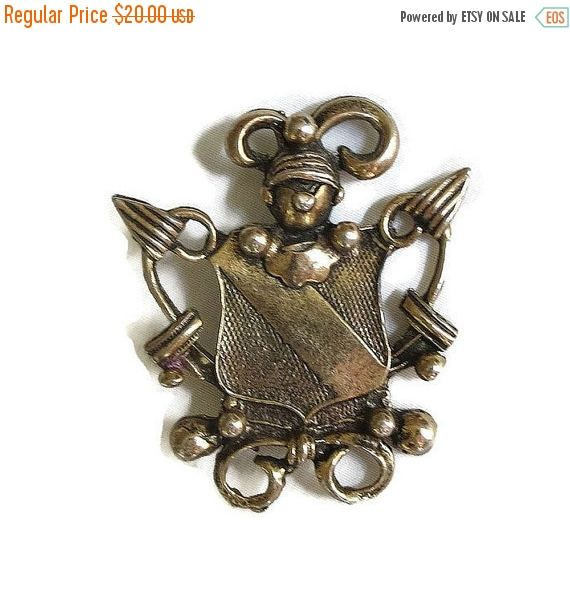 "❘❘❙❙❚❚ Spring Sale ❚❚❙❙❘❘     This is a really interesting Knight in Armor Shield Brooch Vintage!  This piece measures 1 7/8"" wide by 2 1/4"" high and has an antiqued gold t... #vintage #jewelry #fashion #ecochic #vogueteam"