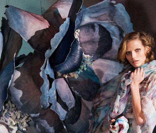 La primavera 2014 di Giorgio Armani è una vera esplosione di colore,stampe e giochi di luci e ombre. Naturale e digitale convivono in un'atmosfera surreale.http://www.sfilate.it/215871/le-prime-foto-del-backstage-della-nuova-adv-di-giorgio-armani