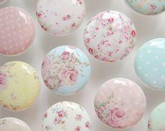 Eine wunderbare Sammlung von schäbig stieg Drehknöpfe mit 39 einzigartige Designs zur Auswahl! Die Farben auf diesen sind rosa, lila, hellen Blaugrün, hellblau, Rosa, weich gelb, antik gelb, Beige.  Dies sind schöne weiße keramische Drehknöpfe mit extra verschleißfest hart Harz-Oberteile.   Wählen Sie Ihre Lieblings GGM aus dieser Sammlung!  PREIS IST FÜR EINEN KNOPF. BITTE WÄHLEN SIE DIE MENGE, DIE SIE BRAUCHEN.  Lassen Sie Ihrer Gestaltung-Auswahl im Feld Nachricht an Leilasloft an der…