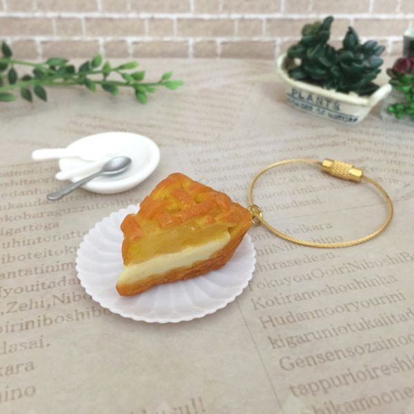 角切りりんごをたっぷり載せたアップルパイが焼き上がりました♡ 網目の生地にこんがり焼き色がついています♪ こちらはカニカン付きなので、取り外しが可能です。●カラー:茶、黄、金●サイズ:長さ8cm (金具含む)、チャーム部分 3.5cm×2.5cm●素材:樹脂粘土、軽量粘土、水性ニス●注意事項:パーツ1つ1つ手作りしております。注意しておりますが、埃や指紋等が付着している場合がございます。水性ニス加工をしておりますが、既製品のような耐水性、耐久性はございません。 優しいお取り扱いをお願い致します。●作家名:tokosweets #ミニチュアフード #食べ物 #食べ物の模型 #かわいい #食品サンプル #可愛い #フェイクフード #樹脂粘土 #スイーツ #スイーツデコ #リアル #本物そっくり #美味しそう #バッグチャーム  #ハンドメイド #ハンドメイドアクセサリー #手作り #アクセサリー   #handmade #handmadeaccessory #accessory…