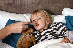 Wir zeigen Ihnen, wie Sie Ihrem Baby oder Kleinkind schnell bei Fieber, Schnupfen und Husten helfen, welche Hausmittel geeignet sind und welche Medikamente immer in der Hausapotheke sein sollten.  #erkältung #kinder #hausmittel #krankheit