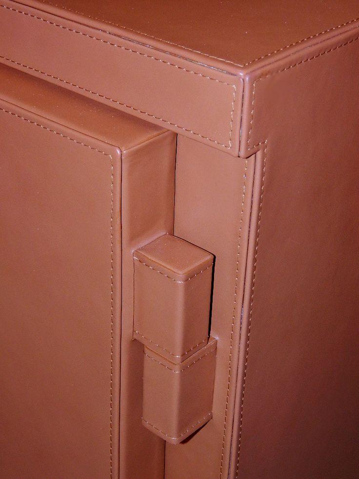 Particolare cassaforte in pelle #luxury #safes #design #internaldesign #cassaforte #casseforti #madeinitaly #marmo #marble #lusso #gioielli #orologi #bespoke #tailormade
