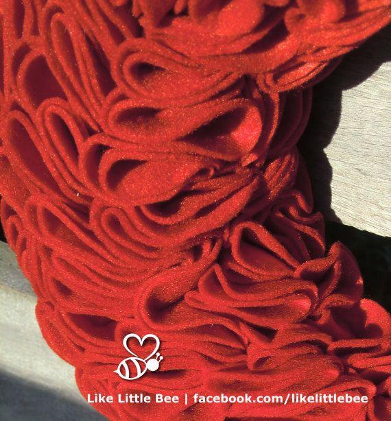 Prachige rode vilten krans van LikeLittleBee op Etsy