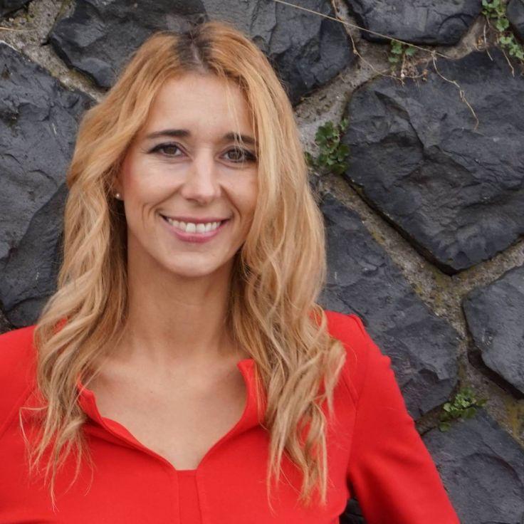 """Nadine Kretz – vom Mädchen nebenan zu einer der begehrtesten Singles Deutschlands, Autorin und Coach. Mit """"100 MIESE DATES"""" machte sie sich auf """"die Suche nach der Liebe"""", um mit ihren Erfahrungen nicht nur ihren eigenen Prinzen zu finden, sondern auch andere Menschen auf Ihrem Weg ins Liebesglück zu unterstützen."""