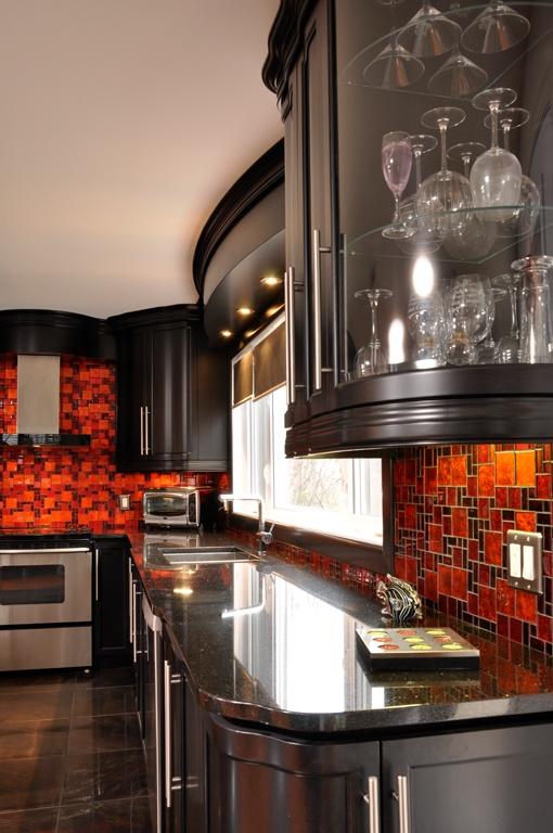 Cette cuisine moderne est en Merisier laqué. Le comptoir de Granit enrichi le style et fait assure l'union de la pierre et du bois donnant un look frais et riche à vos armoires de cuisine.