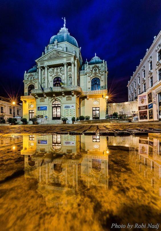 Pécs, Színház tér eső után - A Pécsi Nemzeti Színház 1895. október 5-én nyitotta meg kapuit a műkedvelők előtt a Bánk bán című darabbal.