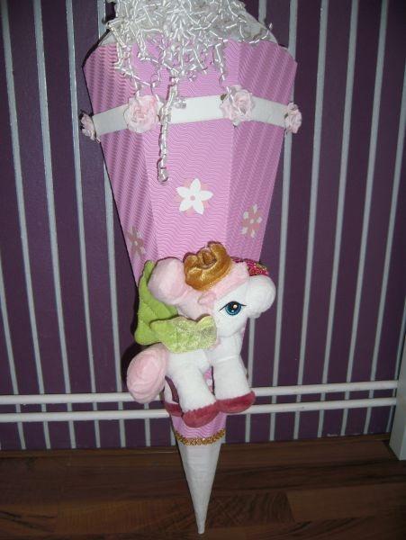 Filly  Schultüte / Zuckertüte  Diese süße Schultüte ist ohne Krepp 68 cm hoch  Das Plüschfilly ist neu und unbespielt ,  es hat auch noch das Etikett