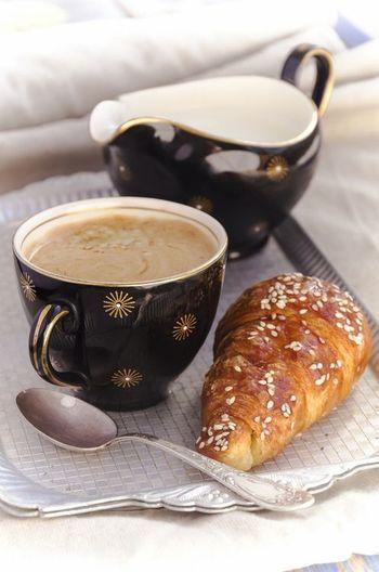 お気に入りのカップでコーヒーを飲む朝食も素敵ですよね。 黒地に金のポイントが美しいカップ。 何となく、背筋が伸びる朝食の風景です。
