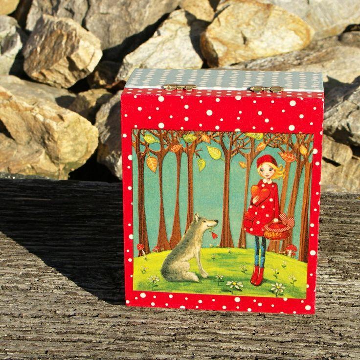 O červené karkulce Krabička, šperkovnička s červenou karkulkou, krabička je zdobena technikou decoupage. Je rozdělena na čtyři přihrádky které se dají výjmout. Krabička je ošetřena nezávadným lakem na dřevo, lze otírat vlhkým hadříkem Vnější rozměry 17,5x15x7,5 cm, vnitřní rozměry 16x13,4 x 6,9 cm. Krabička je levnější, kvůli přednímu zámku který je kapku ...