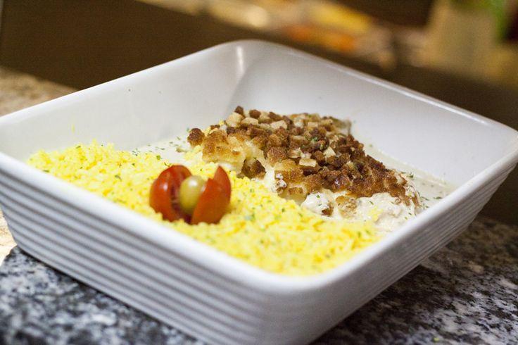 Badejo em crosta de pão Filet de badejo assado ao forno, coberto com brunoise de pão, servido com arroz de açafrão e molho bernaise