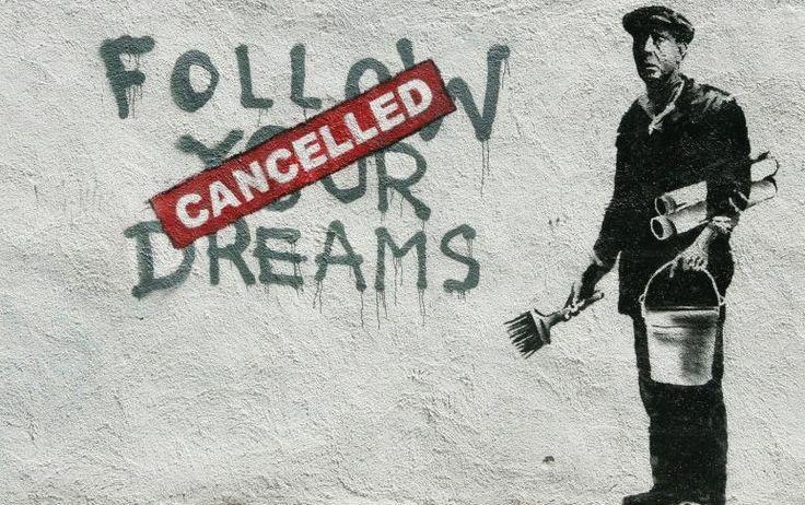 Banksy es un artista urbano inglés de identidad desconocida que a partir de los años 90 comenzó a hacer murales satíricos que contienen una fuerte crítica social en varias ciudades de todo el mundo, llegando a ser ampliamente reconocido.