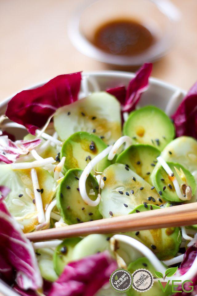 Fresca, croccante e delicata, ecco una insalata un po' diversa dal solito: l'insalatina asiatica! Bastano cetrioli, germogli di soia, avocado, radicchio e cavolo cappuccio, una spolverata di semi di sesamo e un condimento speciale che da quel tocco orientale: olio, acidulato di umeboshi e salsa di soia! Un'insalata divertente e appetitosa che meraviglia gli occhi e il palato!