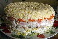 Слоёный салат с грибами.  Состав: картофель 2 шт. яйцо 4 шт. шампиньоны (замаринованные) 16 шт ветчина 200 — 250 гр. морковь 2 шт. сырок плавленный 2 шт. зелёный лук пучок майонез  Приготовление: Отварить картофель, яйца, морковь. Выкладывать слоями:  — картофель + майонез — мелко нарезанный зелёный лук — яйца, натёртые на крупной терке + майонез — грибы + майонез — ветчина порезанная кубиками + майонез — морковь, натёртая на крупной терке + майонез — плавленный сырок + ма...
