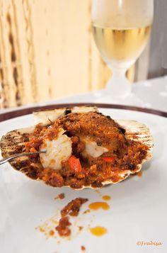Las vieiras a la gallega son uno de mis platos favoritos, me encantan, me rechiflan, me fascinan. La textura de la carne de la vieira es r...