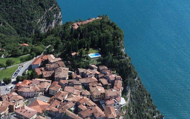 TREMOSINE SUL GARDA, BRESCIA (LOMBARDIA) – Una panoramica terrazza naturale, sospesa sul blu del Garda. Ecco il borgo di Tremosine, situato su un verde altopiano ondulato da dolci rilievi, con una rupe a strapiombo sul lago. Inserito nel Parco Alto Garda Bresciano, è suddiviso in 17 frazioni, tra cui Pieve, con le sue case dislocate lungo i bordi dell'altopiano, a circa 400 metri dall'acqua. È collegata al porto dalla suggestiva Strada della Forra, incastonata nella montagna, lungo la gola…