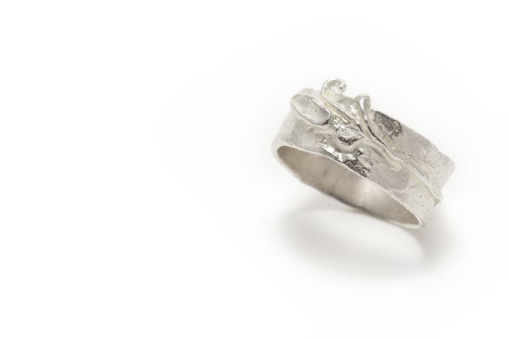 Ring met een klein takje en diamant vervaardigd in zilver