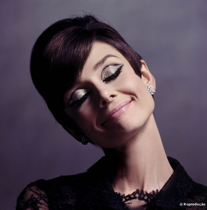 """Audrey Hepburn se tornou referência em estilo, e a maquiagem usada em """"Bonequinha de Luxo"""" é reproduzida até os dias de hoje"""