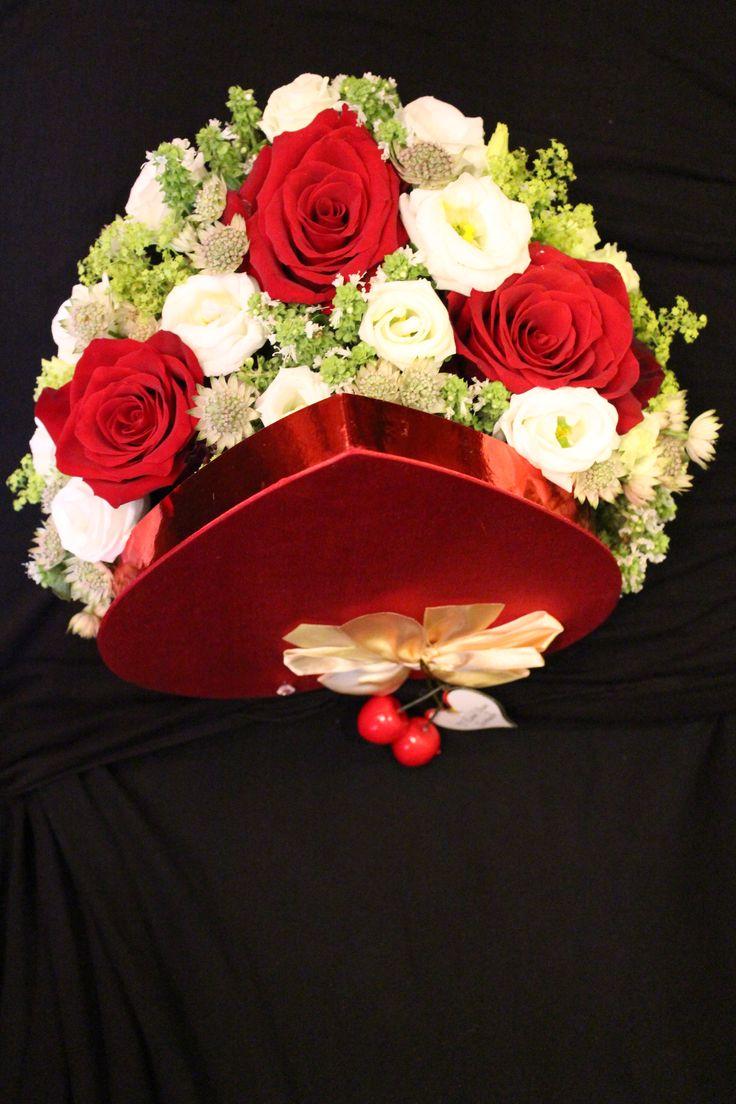 Cutie in forma de inima cu flori in exterior 150 RON #madewithjoy #paulamoldovan #livadacuvisini #flowers #box #hearth #flowerbox #flowersbox #flowersinabox  #cutiecuflori #floriincutie #flori #love