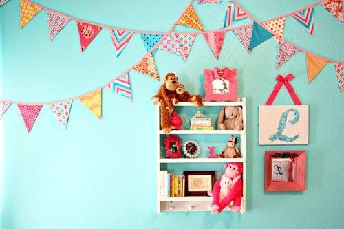 bandeirolas coloridas no quarto bebe