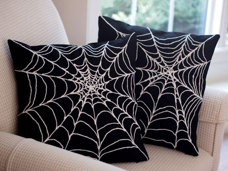 Leuke #decoratie met #Halloween! #Kussens met #spinnenwebben erop #geborduurd