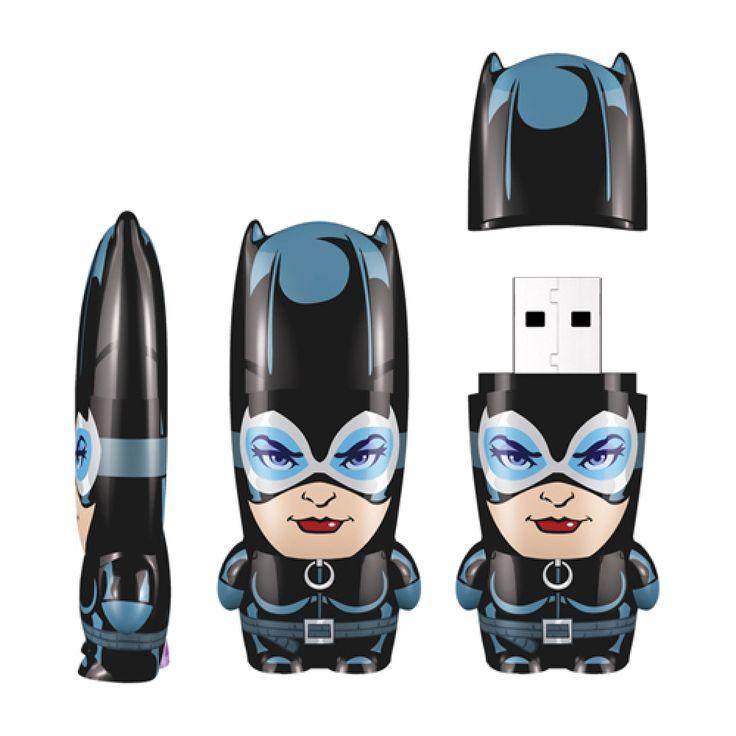 Memoria USB Mimoco Mimobots 8 GB Catwoman *Hasta agotar existencias* Tu información estará segura bajo el resguardo de Gatúbela, con esta memoria USB inspirada en este personaje. Su capacidad es de  8 GB y viene con fondos de pantalla, iconos, avatar y mucho más contenido digital extra para tu entretenimiento.