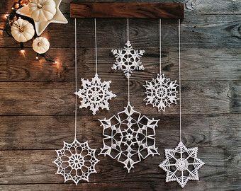 Ähnliche Artikel wie Weihnachten Dekoration - Urlaub Wohnkultur - Wanddekoration - häkeln Schneeflocke und Holz Ornamente für Zuhause - Satz von 5 auf Etsy