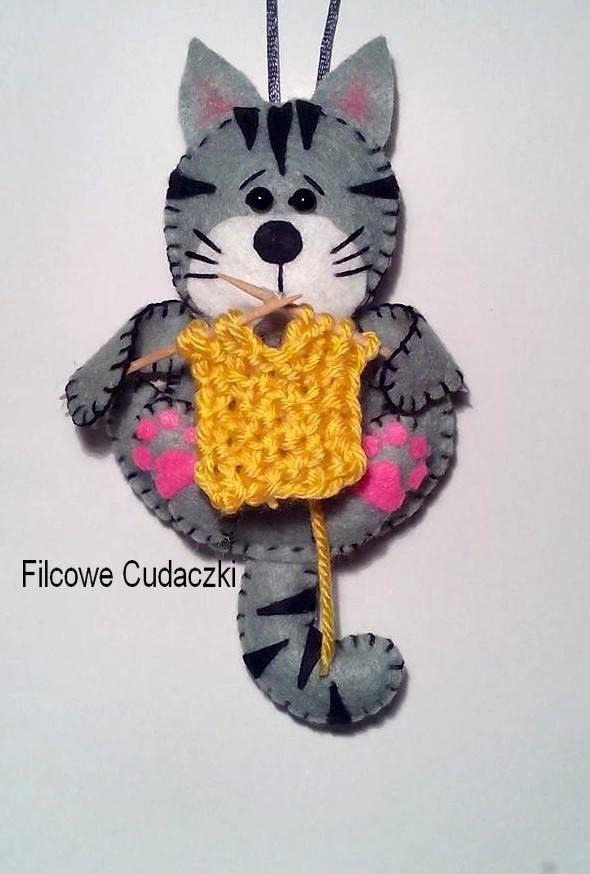 ręcznie wykonana zawieszka z filcu- dziergający kotek