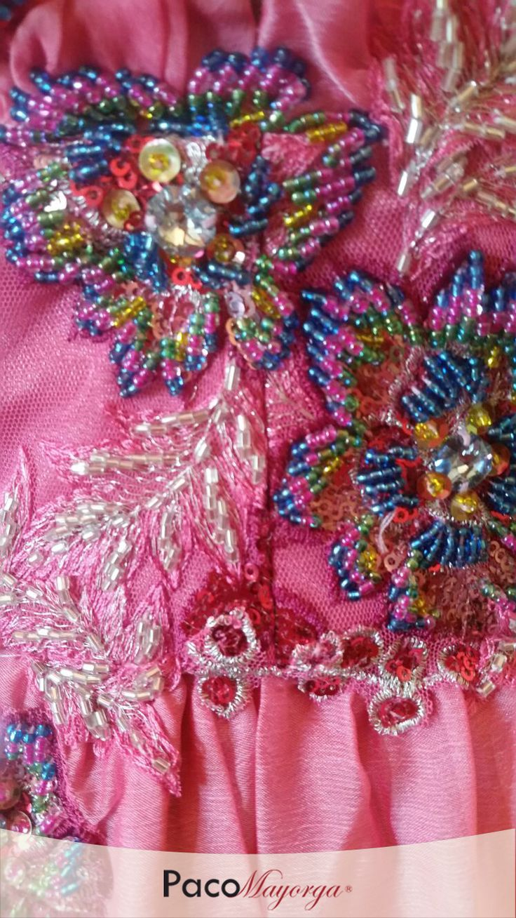 Detalle de diseño en color rosa con aplicaciones bordadas en chaquira y cristal cortado.