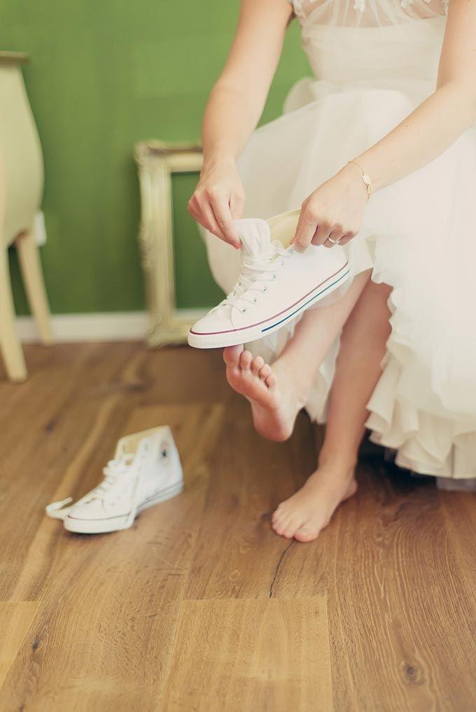 #Brautschuhe in flach von Converse: GettingReady der #Braut bei der #Hochzeit  Das tolle Foto wurde gemacht von Laura Möllemann: www.lauramoellemann.de