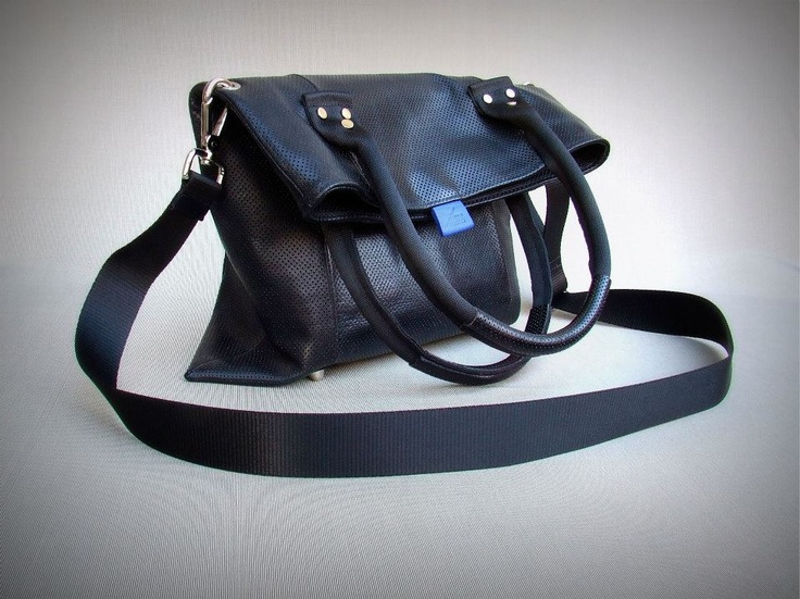 100% leather shoulder / shoulder bag with removable strap, magnetic closure  Materials: Black perforated leather / blue goat lining