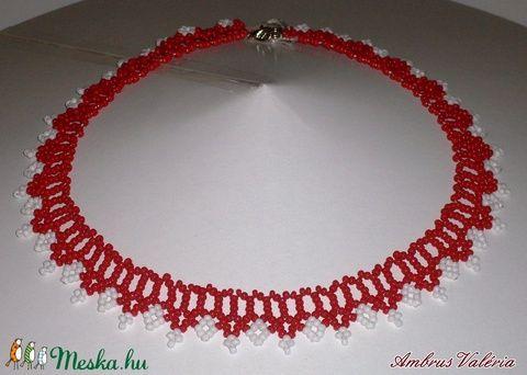 Piros - Fehér fűzött gyöngy nyaklánc (AmbrusValeria) - Meska.hu