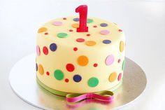gâteau anniversaire original à pois multicolores pour bébé fille 1 an