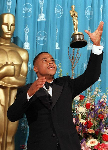 Cuba Gooding Jr. having fun backstage with his Oscar for 'Jerry Maguire' in 1997.