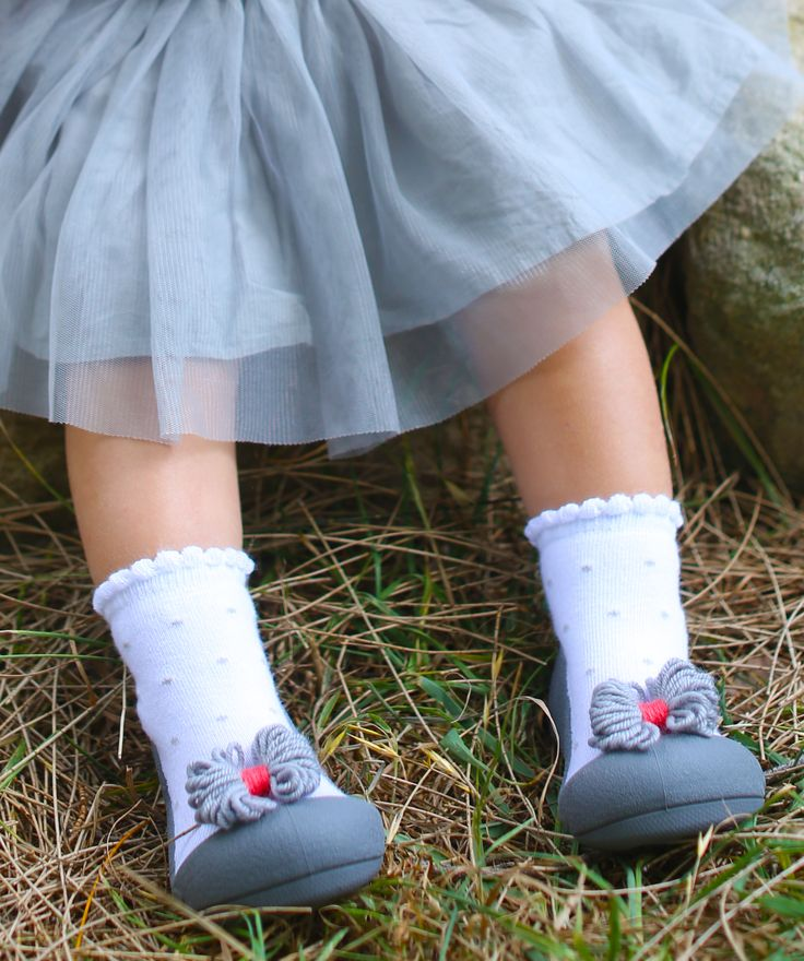 Attipas 'Ribbon' completes your child's outfit with cute ribbon detail on their feet. Choose from 2 beautiful colours – modern grey or classic red.
