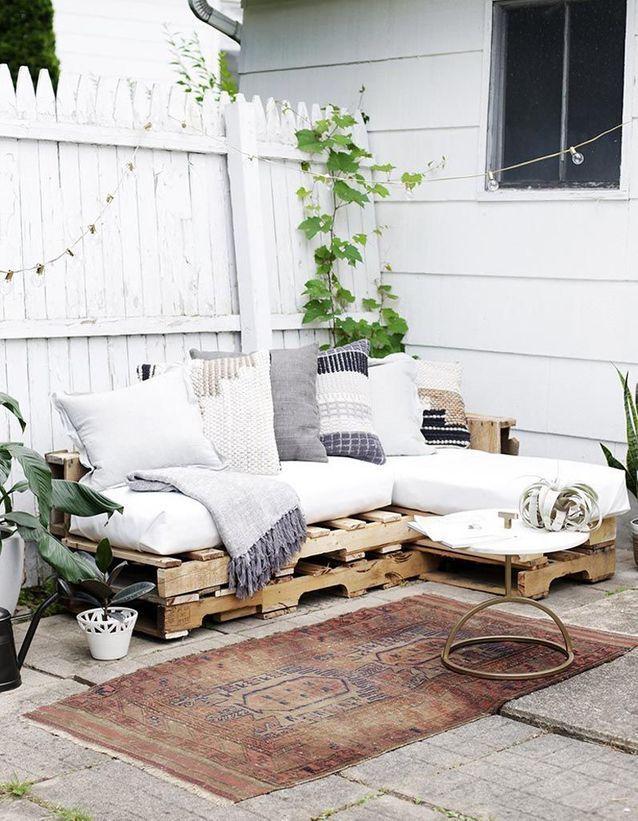 Recup Au Jardin 20 Idees Pour Decorer Sans Rien Depenser Mobilier D Exterieur Palette Canape Palette Et Canape D Exterieur