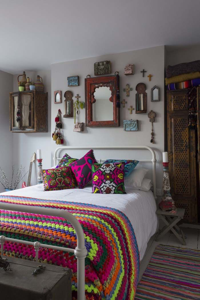 I love this bedroom gallery wall, with the exception of that awkward empty spot between the bed and the bottom of it.