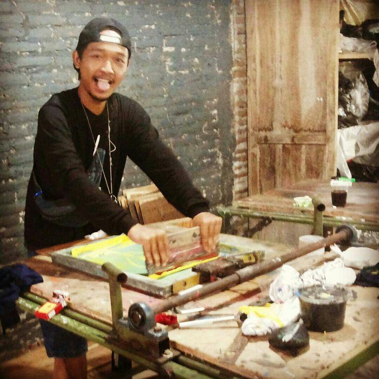 Mencoba alat sablon meja catok aka meja mulut buaya aka single rotary aka meja njeplak. #me #i #basukiadx #printmaker #printmaking #screenprinting #screenprinter #life #art #daily #equipment #jogjakarta #sablon #jogja
