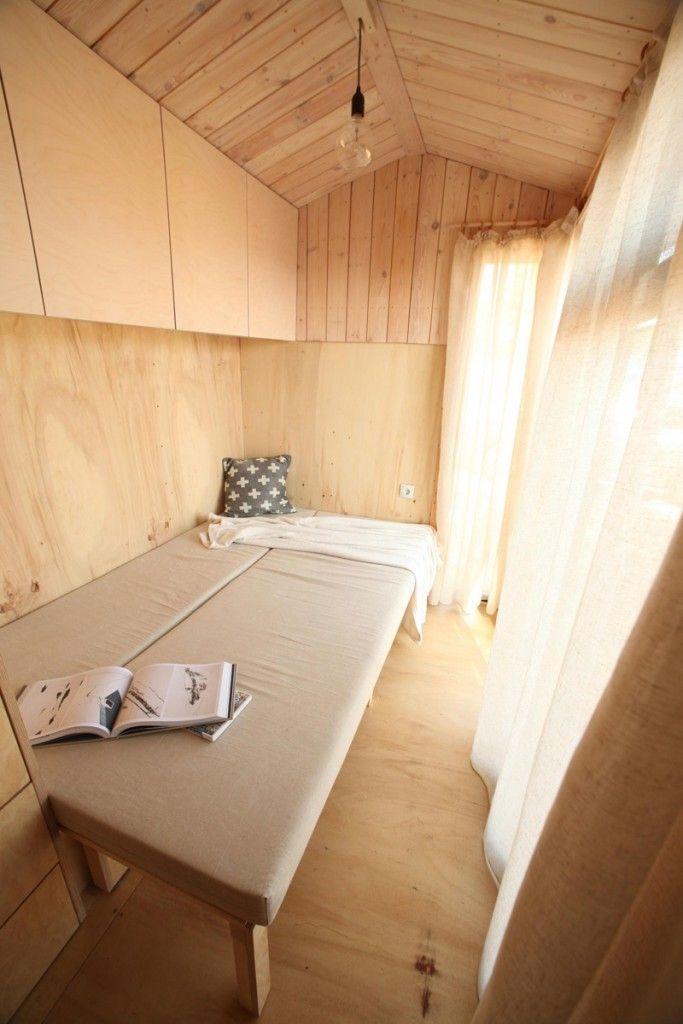Ontwerpster bouwt eigen vakantiehuis op wielen zodat ze overal kan kamperen - Roomed