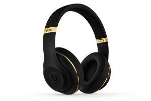 Beats Studio Over-Ear Headphones Alexander Wang Limited Edition (Black & Gold) - NEW by Beats- €249.98 Le nouveau Beats Studio est désormais sans fil. Il s'agit du même casque d'écoute, avec la fonction Annulation adaptative du bruit (ANC), une batterie rechargeable et un son remanié, mais sans les câbles. Le Bluetooth reste connecté à une distance maximale de 9 mètres, vous permettant de parcourir librement votre liste d'écoute sans interrompre votre musique…