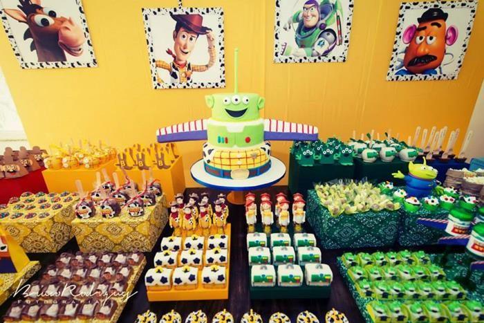 Juguete fiesta de cumpleaños de la historia con tantas ideas muy lindo vía Party Ideas de Kara | KarasPartyIdeas.com #ToyStoryParty #Party #Ideas #Supplies (18)