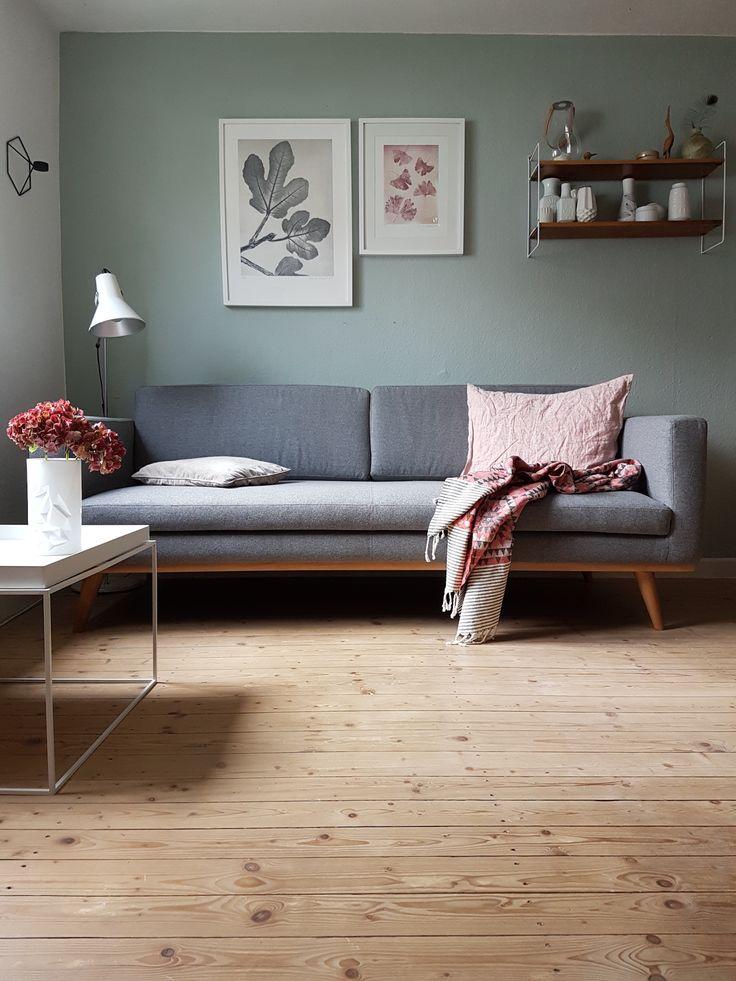 Der weiße Tray Table von HAY passt ideal zu Danielas Sofa im skandinavischen Design. // Interview und Homestory mit Daniela aka Wunderblumen by Design Bestseller