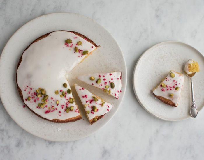 Citronkagen med marcipan er en af de kager, som er ekstra svære at holde fingrene fra. Kagen er dog mindst lige så saftig og lækker i dagene efter. Mums!