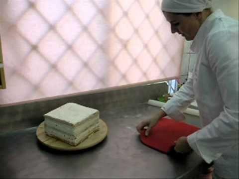 Barwienie masy i oblekanie tortu - YouTube